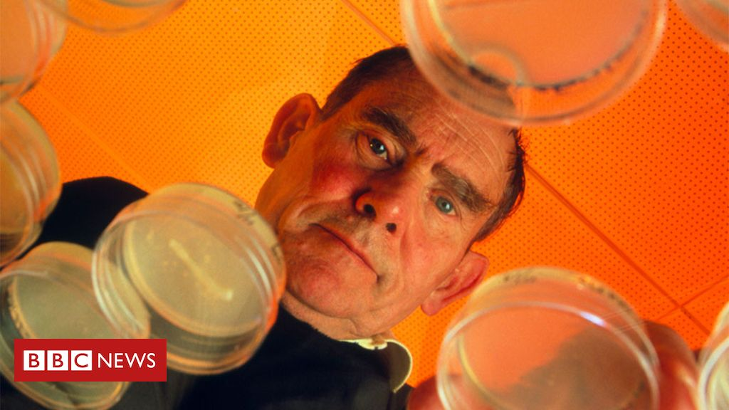 Sydney Brenner: Molecular biology pioneer dies